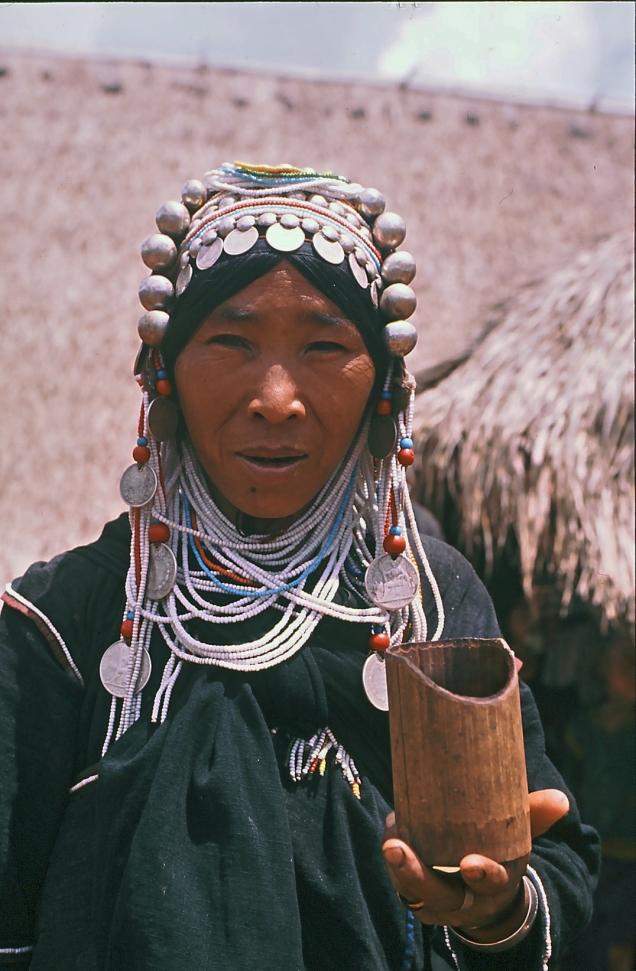 donna akha con vaso