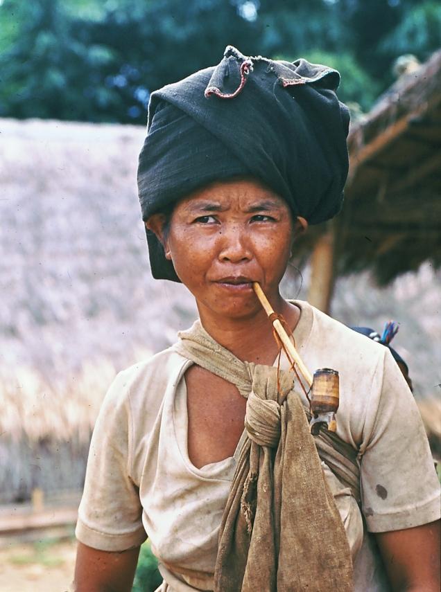 donna birmana con pipa