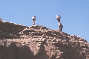 donne montagna con vasi