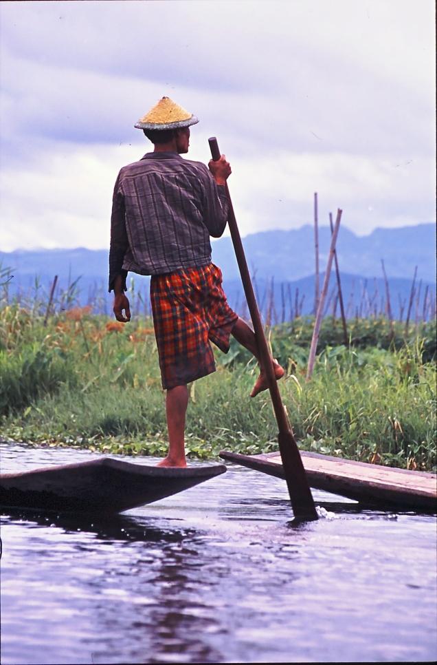 pescatore che rema c piede
